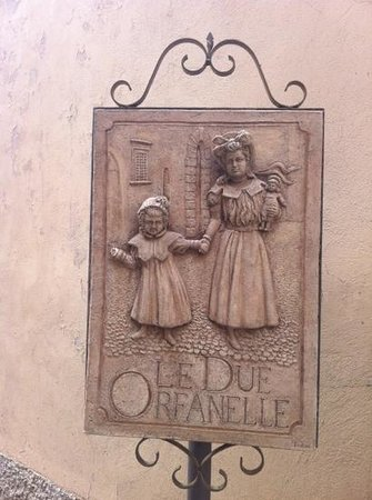Le Due Orfanelle: l'insegna