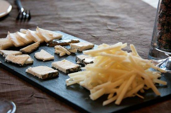 Casa Pardina: Pizarra de quesos