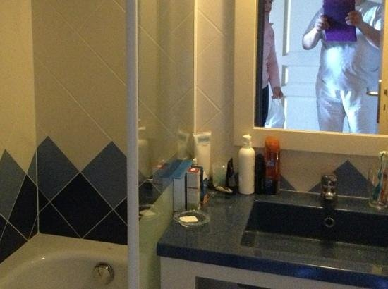 Pierre & Vacances Résidence Le Phare de Trescadec : petite salle de bain appart 311