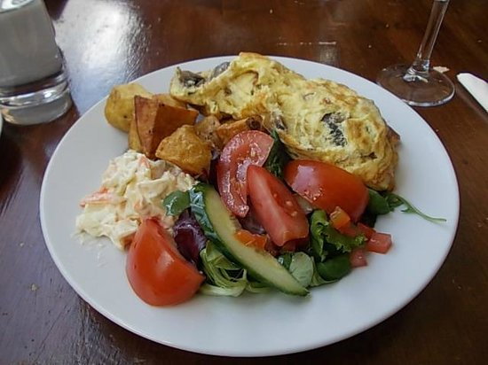 Revolutions Restaurant and Grill: mushrooms Omelette salad saute potatoes salad with extra tomato. Scrumptious x