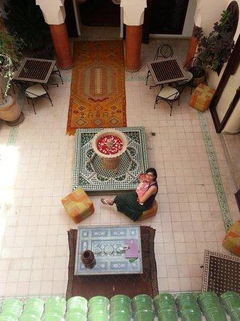 Riad Maison Belbaraka: Bébé & moi dans le patio, vue de l'étage