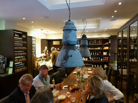 Poletto: Gemütlicher Tisch im Laden