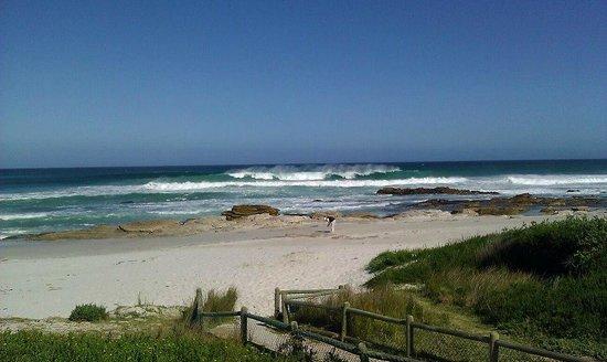 Zensa Lodge: the beach, 5 minute walk away from the lodge