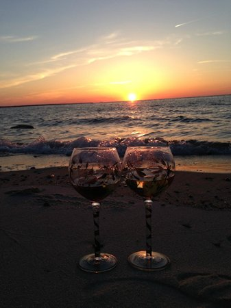 The Conch Inn: Sunset and wine at Chapin Beach