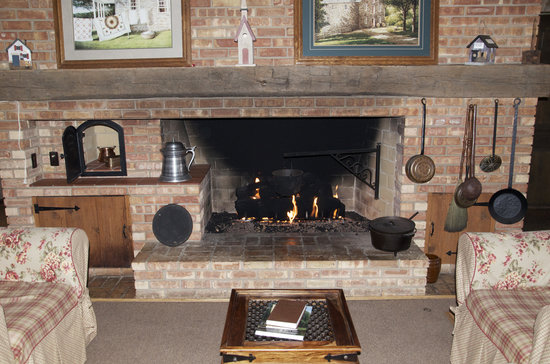 Patchwork Quilt Inn: Fireplace