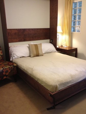 The Acorn Inn of Elon: Murphy Bed (hidden wall bed in sitting room)