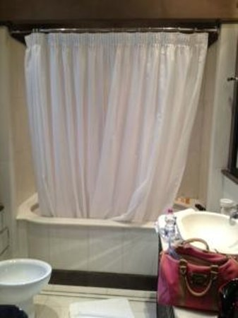 San Firenze Suites & Spa : Huge soaking tub with rain shower
