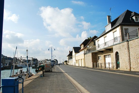 Ibis Bayeux Port en Bessin : Ten minute walk to Restaurants