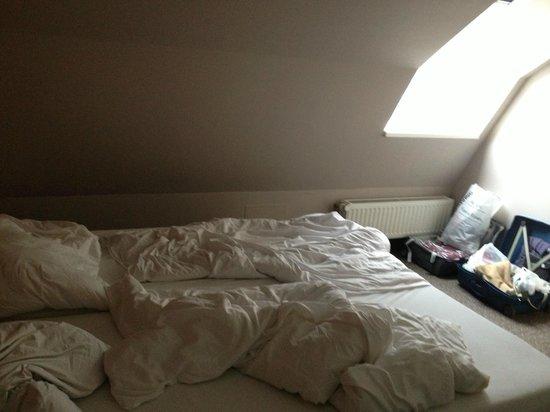 Hotel 66: finestra piccola, buia , spiovente,