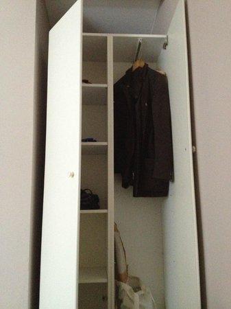 Hotel 66: armadio per una sola persona, la cruccia non entra nell'armadio!