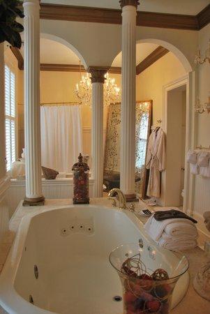 Justine Inn Savannah: Spectacular Bathroom
