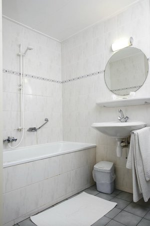 Hotel Oepkes: badkamer bad