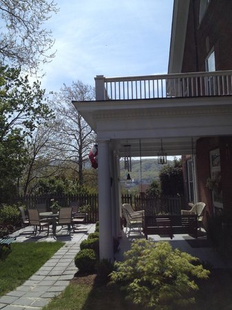 Tree Streets Inn: Patio & Balcony Sitting Areas