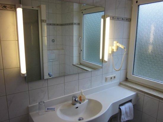 Hotel Garni Salzburger Hof: Einzelzimmer mit modernisiertem Bad