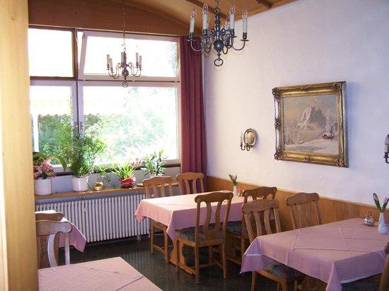 Hotel Garni Salzburger Hof: Kleiner Frühstücksraum im sonnigen Ambiente