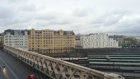 Mercure Paris Gare Du Nord La Fayette: View from balcony on Front of Hotel. Train Tracks below.