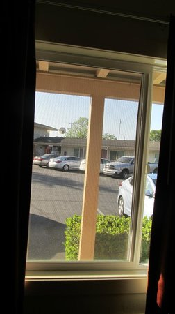 Travelodge Santa Rosa Wine Country : view from front window to center parking/couryard