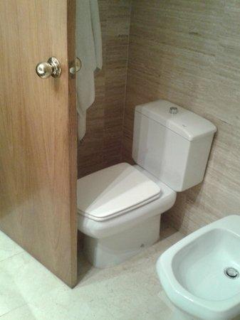 Hotel Inglaterra: Incomodo acceso al baño