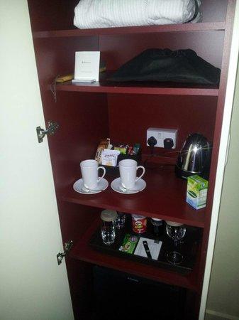 Apex London Wall Hotel: Tea/coffee cupboard.