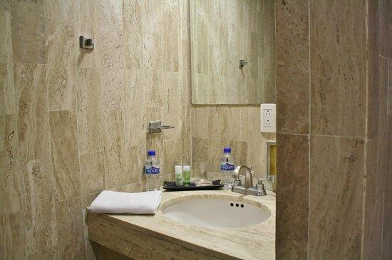 Hotel Del Angel: Baño habitación estándar