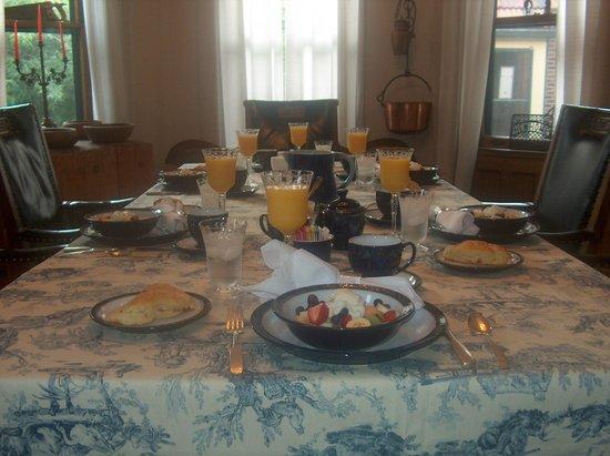 Casa Magnolia Bed & Breakfast: dining room - breakfast