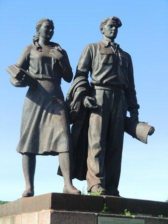 """Zaliasis Tiltas : Скульптурная группа """"Учащаяся молодёжь""""."""