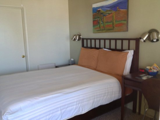 Bayfront Inn: example 1 queen bed room