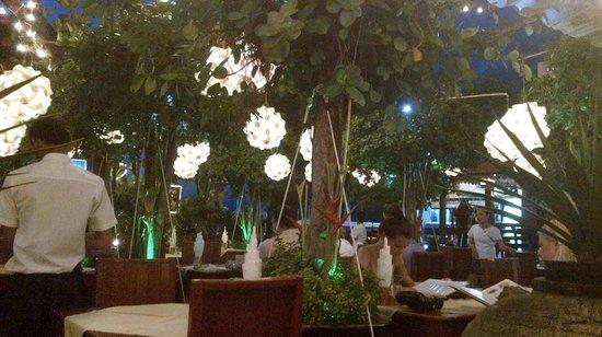 Tropica Restaurant & Beer Garden: Outdoors
