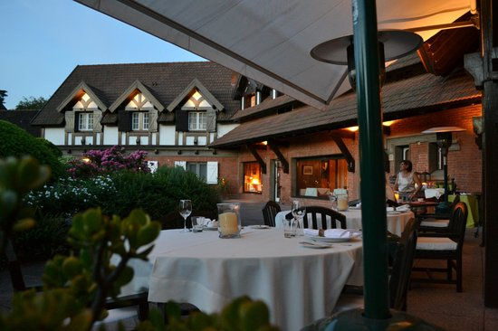 Hotel L'Auberge: Dining in front of the garden