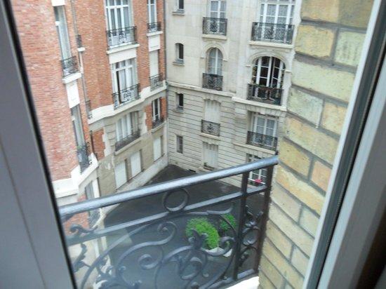 Hotel Alize Grenelle Tour Eiffel: A suíte ficava desse lado. Silencioso.