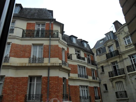 Hotel Alize Grenelle Tour Eiffel: Prédios vizinhos. Belas linhas arquitetônicas.