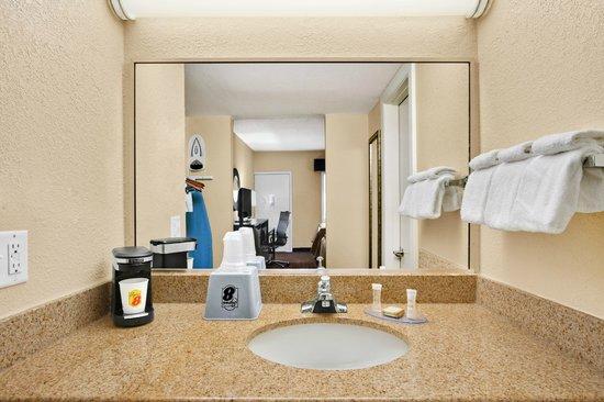 Super 8 Asheville Tunnel Road: Bathroom Vanity