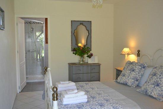 La Colline de Pechauriol: Our pretty blue room with kingsize bed