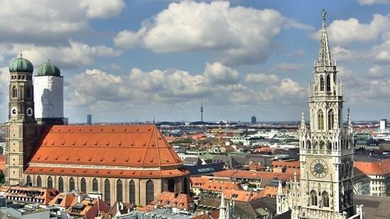 CitySightSeeing Munchen : Frauenkirche & town hall clock.