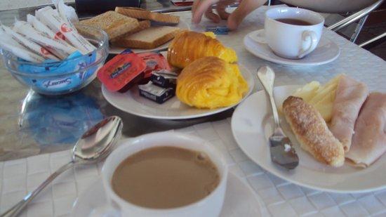 The SmallEast Hotel: Parte del gran desayuno