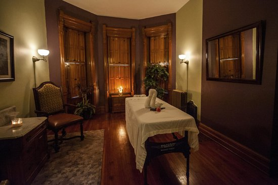 Reynolds Mansion Bed and Breakfast: Spa Treatment Room