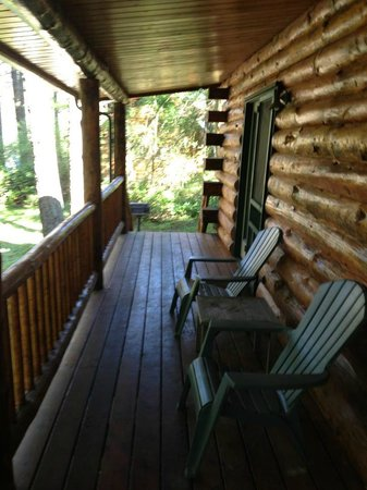 Lakedale Resort at Three Lakes: Rear deck w/ sitting area.