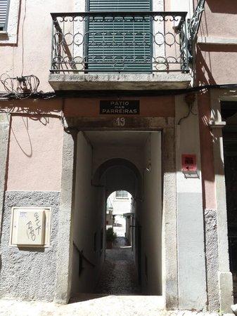 Casa do Patio by Shiadu: sidewalk entrance to courtyard