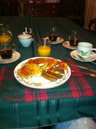 Songbird Manor Bed and Breakfast: Pancakes with Pecans!