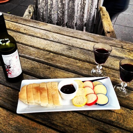 Eden Lodge: Complimentary wine and cheese platter