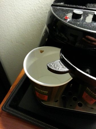 DoubleTree by Hilton Hotel Buffalo - Amherst: Dirty coffee cups
