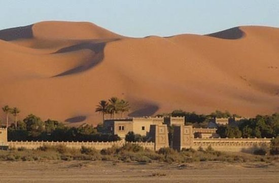 Kasbah Le Touareg: directly on desert dunes