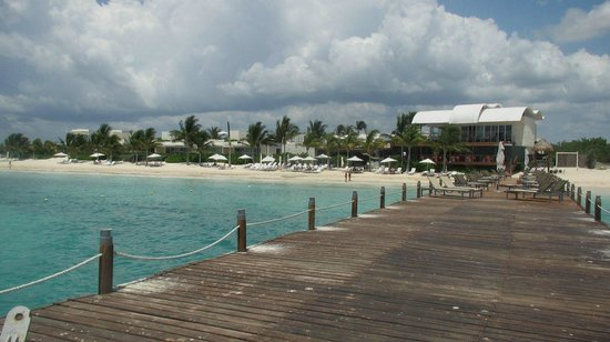 Blue Diamond Luxury Boutique Hotel: View from the pier, casitas on the left and Aquamarine on the far right
