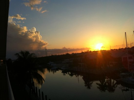 Sombrero Resort & Marina: Sunset from out front