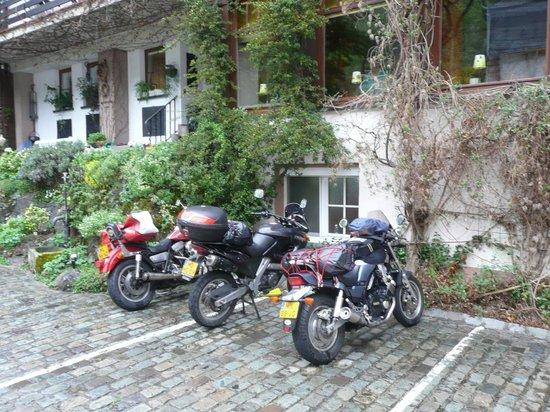 Hotel Heintz: Parkeerplaats achter het hotel