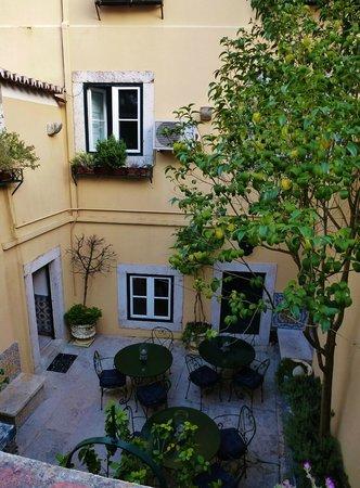 Palacio Ramalhete: Sunny Patio