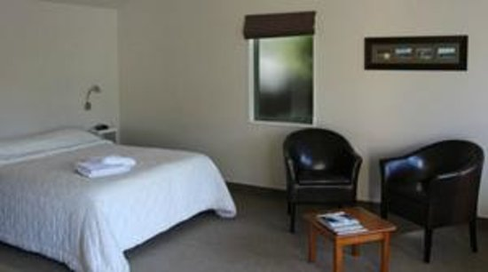 Bay Cottages : motel unit with king size bed