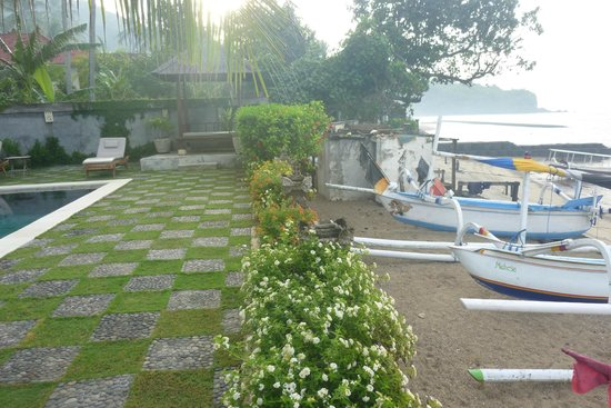 Hotel Genggong at Candidasa: Right next to the beach and fishing village