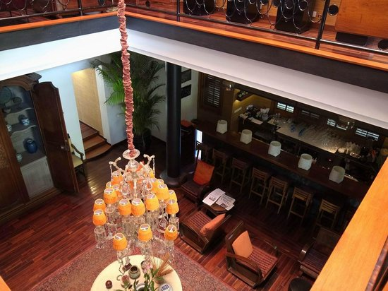 The Governors House Boutique Hotel Phnom Penh: 豪華な吹き抜けからバーを望む