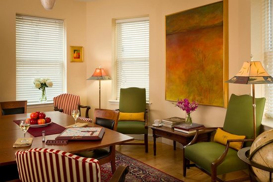 Woodley Park Guest House: Spacious Common Areas